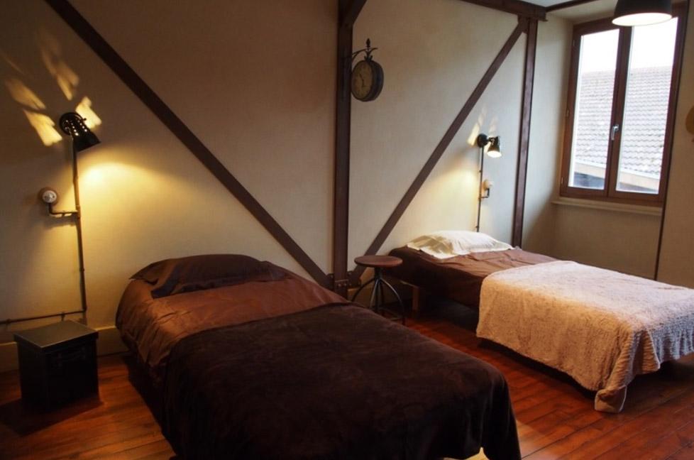 chambre-lit-decor-industriel